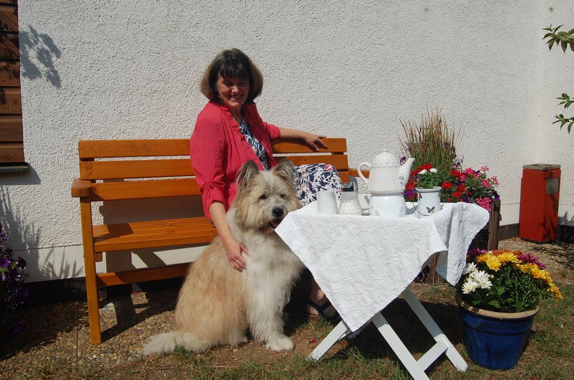Pension-Lenz-025-Frau-Lenz-mit-Hund-quer