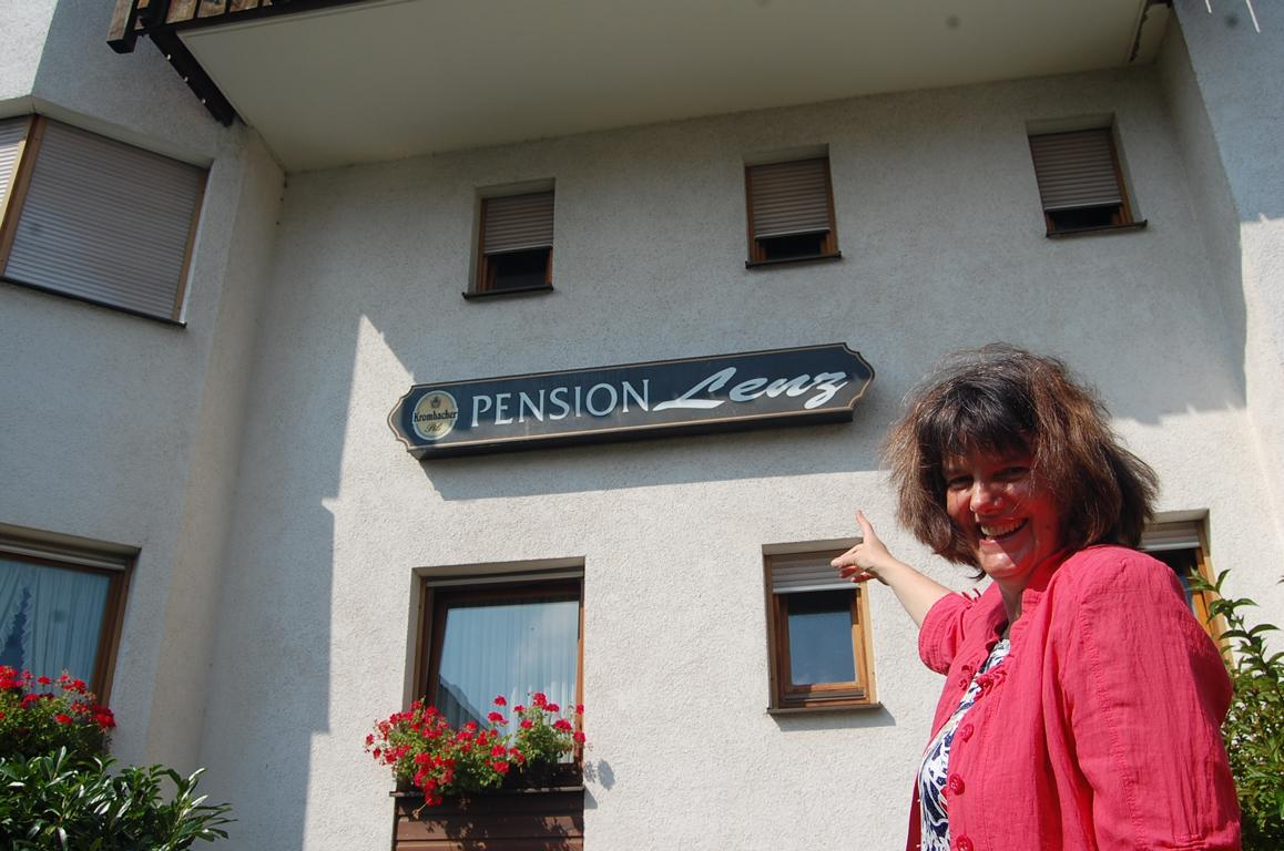 Pension-Lenz-026-Frau-Lenz-mit-Firmenschild